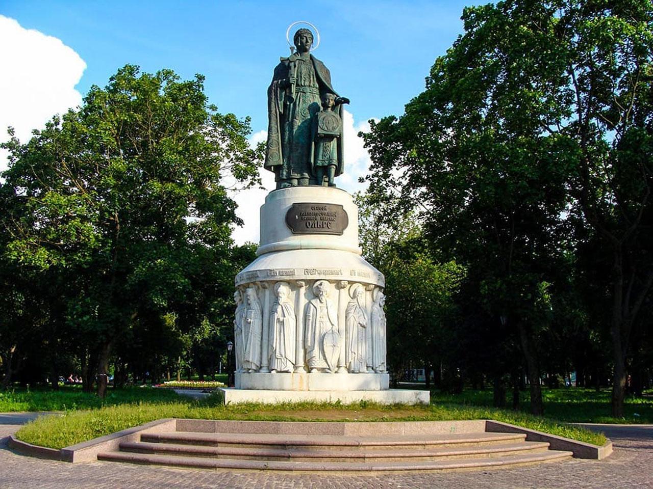 Памятникикнягине Ольгев Пскове