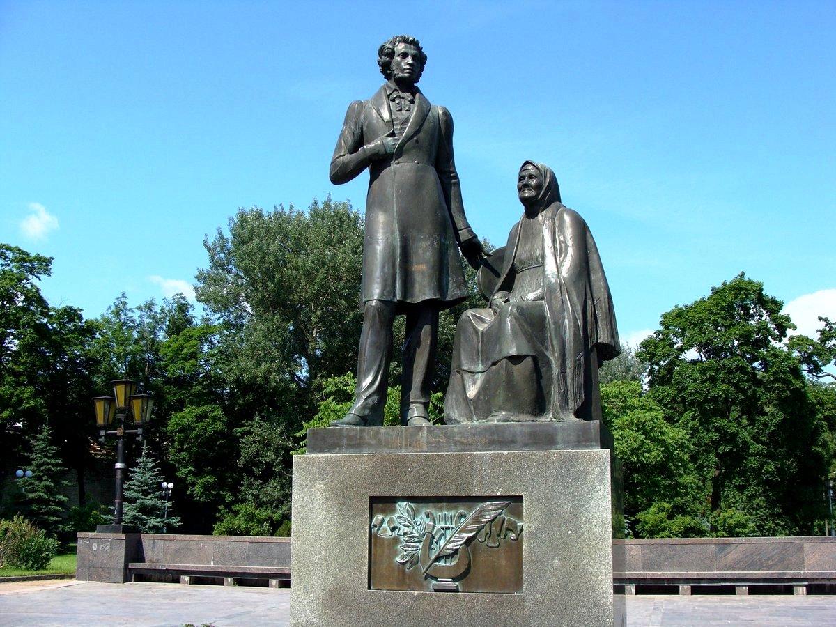 Памятник Пушкину и Арине Родионовнев Пскове