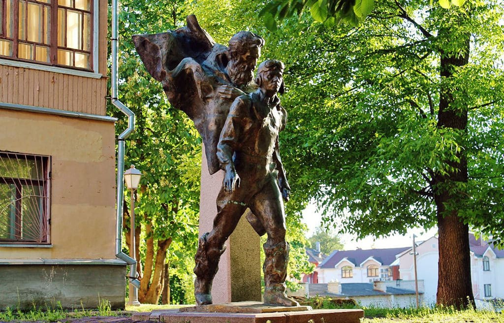 Памятник героям романа «Два капитана»в Пскове