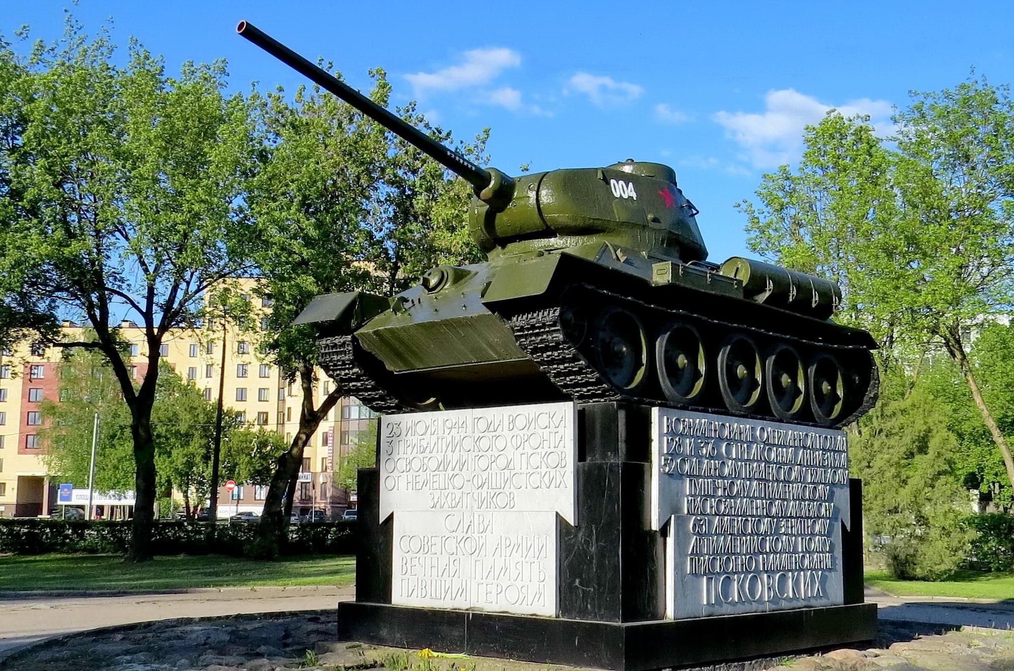 Памятник-танкв Пскове